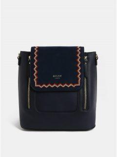 Tmavě modrý batoh s výšivkou a detaily v semišové úpravě Bessie London