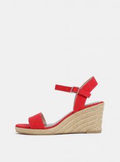 Červené sandálky v semišové úpravě na klínku Tamaris