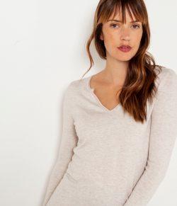 Krémový lehký svetr s véčkovým výstřihem CAMAIEU